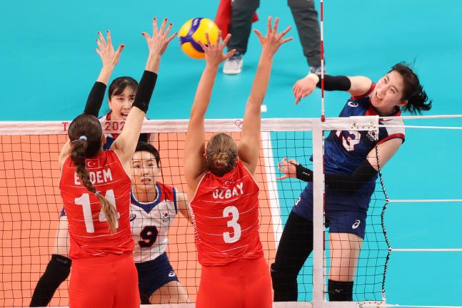 박정아가 4일 일본 아리아케 아레나에서 열린 도쿄올림픽 여자 배구 8강 터기전에서 공격하고 있다. 도쿄 | 연합뉴스