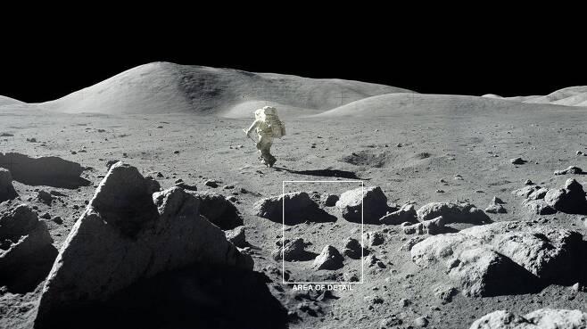 1972년 아폴로 17호 우주인들이 쵤영한 달 표면. 암석이 만든 그늘진 곳은 영하 210도까지 온도가 내려가 얼음이 유지될 수 있는 것으로 밝혀졌다./NASA