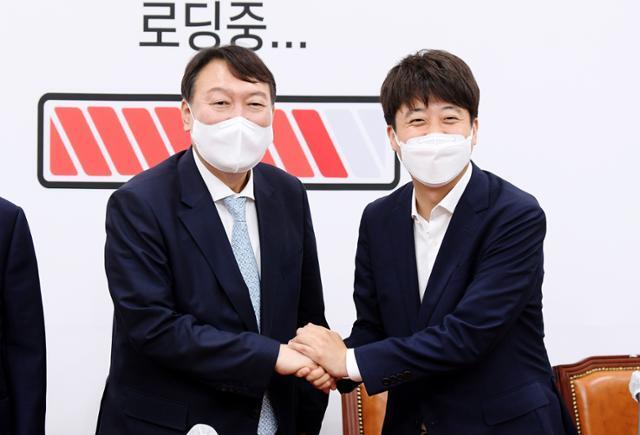 이준석(오른쪽) 국민의힘 대표와 윤석열 전 검찰총장이 2일 국회에서 만나 인사하고 있다. 뉴스1
