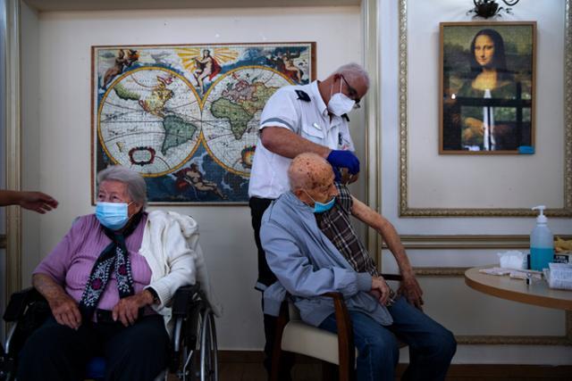 이스라엘 라맛 간의 한 요양원에서 지난 1월 노인들이 신종 코로나바이러스 감염증(코로나19) 백신을 맞고 있다. 라맛 간=AP 연합뉴스