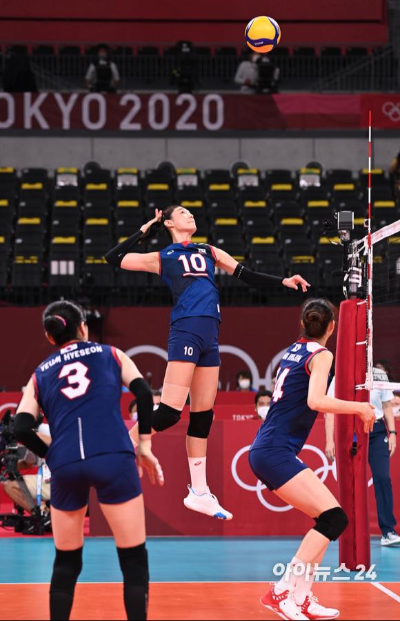4일 오전 일본 도쿄 아리아케 아레나에서 2020 도쿄올림픽 여자 배구 8강 대한민국 대 터키의 경기가 펼쳐졌다. 한국 김연경이 스파이크를 시도하고 있다. [사진=정소희 기자]