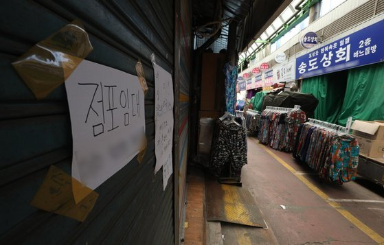 저녁 모임 2인 이하 제한 등 4단계 거리두기가 시행 중인 가운데 25일 서울 광장시장이 한산한 모습을 보이고 있다. 소상공인 데이터 포털을 운영하는 한국신용데이터에 따르면 거리 두기 4단계 조치가 적용된 첫 주인 지난 12~18일 서울지역 자영업자 평균 매출은 코로나19 이전인 2019년 동기 대비 21% 감소한 것으로 나타났다. 4단계 거리 두기 조치가 2주 더 연장됨에 따라 자영업자들의 고통은 한층 깊어질 전망이다. 뉴스1