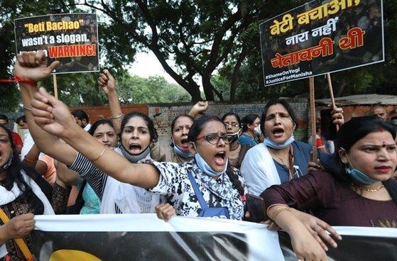지난해 10월 1일(현지시간)에도 인도 뉴델리 델리대학교 캠퍼스 앞에서 불가촉천민 집단 성폭행 사망 사건 관련 시위가 벌어졌다. [AFP=연합뉴스]