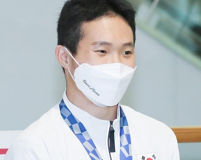 취재진 질문에 답하는 신재환. 연합뉴스