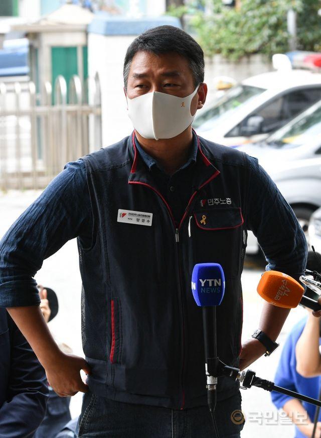 양경수 전국민주노동조합총연맹(민주노총) 위원장이 소환조사를 받기 위해 4일 서울 종로경찰서에 피의자 신분으로 자진 출석하고 있다.