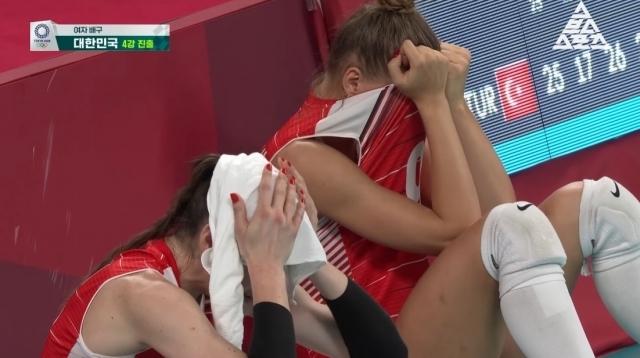2020 도쿄올림픽 배구 여자부 8강전이 끝난 뒤 터키 선수들이 눈물을 훔치고 있다. 스브스스포츠