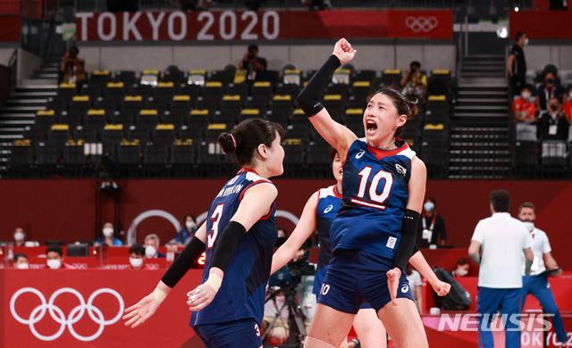 [도쿄(일본)=뉴시스] 이영환 기자 = 4일 오전 일본 도쿄 아리아케 아레나에서 열린 도쿄올림픽 여자배구 8강전 대한민국과 터키의 경기, 접전끝에 3세트를 따내자 김연경이 기뻐하고 있다. 2021.08.04. 20hwan@newsis.com