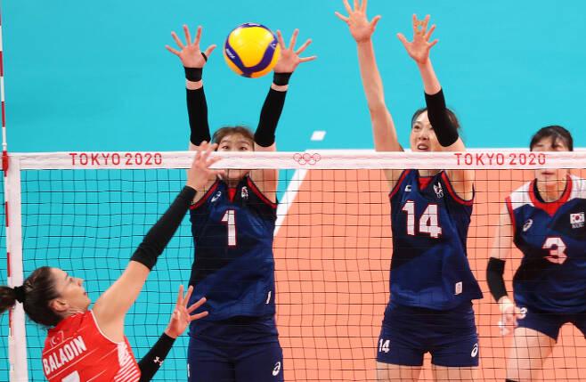 4일 일본 아리아케 아레나에서 열린 도쿄올림픽 여자 배구 8강 한국과 터키의 경기에서 양효진(14번)이 상대 공격을 블로킹하고 있다. 연합뉴스