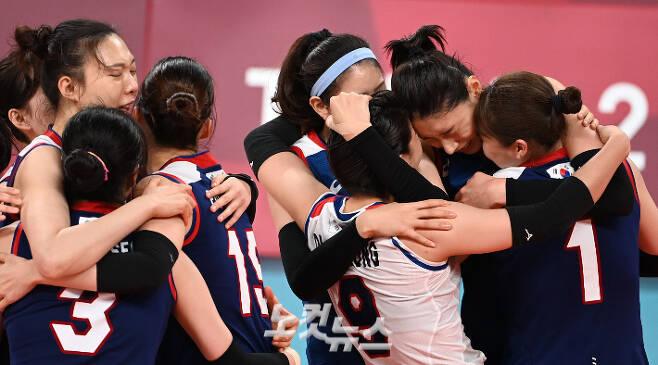 한국 여자 배구 대표팀이 4일 일본 아리아케 아레나에서 열린 도쿄올림픽 8강 터키와 경기에서 승리한 뒤 서로 부둥켜안고 환호하고 있다. 올림픽사진공동취재단