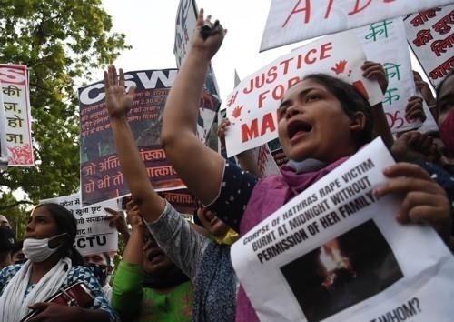 2020년 10월 인도 뉴델리에서 성폭행 근절과 가해자 처벌을 요구하는 시위대. 연합뉴스