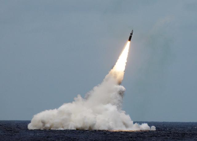 미국의 잠수함발사탄도미사일(SLBM)인 '트라이던트-Ⅱ'가 지난 2016년 8월 31일 핵잠수함 메릴랜드호를 통해 발사되고 있다. 이날은 시험발사여서 미사일에 탄두가 실리지 않았으나 2019년부터는 저위력핵탄두 등을 탑재한 채 핵잠수함에서 운용되고 있다. /사진제공=미 해군
