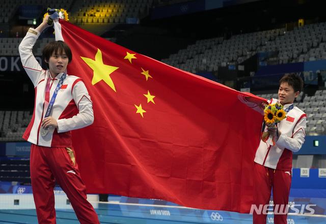 [도쿄=AP/뉴시스]중국 취안훙찬과 천위시가 다이빙 10m 플랫폼 금, 은메달을 휩쓸었다. 2021.08.05.