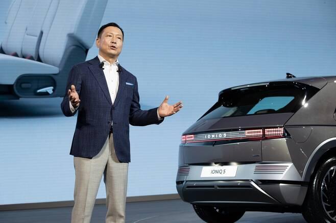 현대차와 기아의 중국 판매 부진이 이어지고 있다. 사진은 리홍펑 현대차·기아 브랜드 및 판매부문 총괄이 지난 4월 중국 상하이 컨벤션 센터 에서 열린 '2021 상하이 국제 모터쇼'에 참석해 전용 전기차 브랜드 아이오닉의 첫 모델인 '아이오닉 5'를 소개하던 모습. /사진=현대차