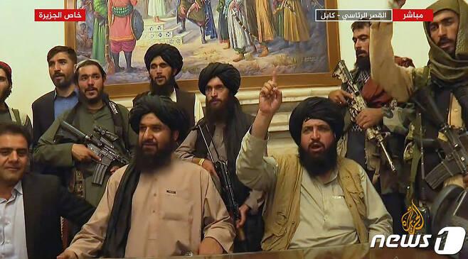 16일(현지시간) 아프가니스탄 정권 붕괴 후 수도 카불을 장악한 탈레반 조직원들이 대통령 궁에서 승리를 선언하고 있다. © AFP=뉴스1 © News1 우동명 기자