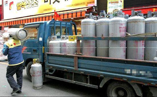 한 가스배달업자가 영업용 LPG 가스를 배달하고 있다./ 조선DB