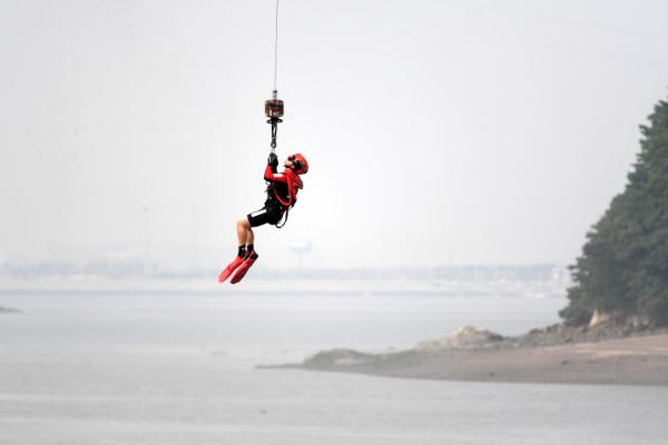 해경 항공구조대원이 지난 12일 인천 영종도 앞바다에서 입수 훈련을 하고 있다.
