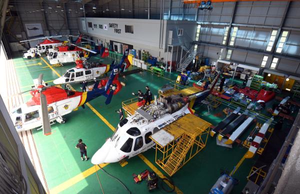 20년 무사고의 해경 중부청 항공정비대 격납고로 지난 12일 운용시간을 다 채운 헬기가 점검을 위해 들어오고 있다.