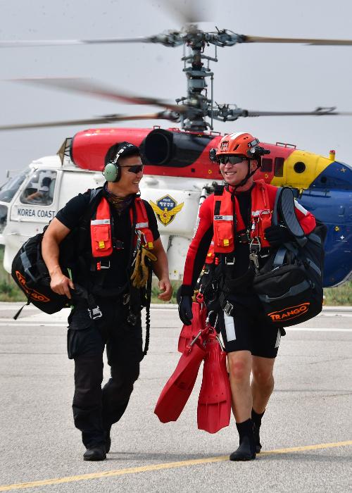 지난 12일 주간 순찰을 마친 항공구조대원들이 영종도 해경 중부청으로 복귀하며 대화를 나누고 있다.