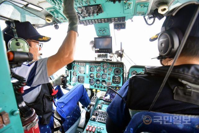 지난달 12일 인천 영종도 해양경찰중부청 활주로에서 헬기가 이륙 준비를 하고 있다. 해경 헬기 조종사가 되기 위해선 20시간 교육생 비행과 100시간 부기장 비행 시간을 채워야 기장 시험을 볼 수 있는 자격이 주어진다.