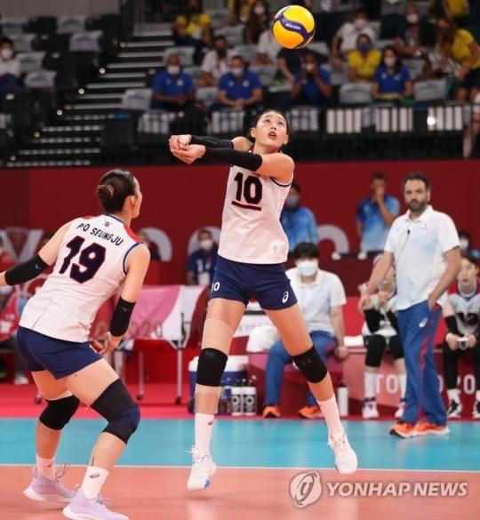 2020 도쿄올림픽 여자배구에서 김연경이 딤플이 가미된 칼라볼을 리시브로 처리하고 있다. [도쿄=연합뉴스 자료사진]