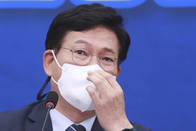 송영길 더불어민주당 대표가 지난 10일 최고위원회의에서 마스크를 고쳐쓰고 있다. 국회사진기자단