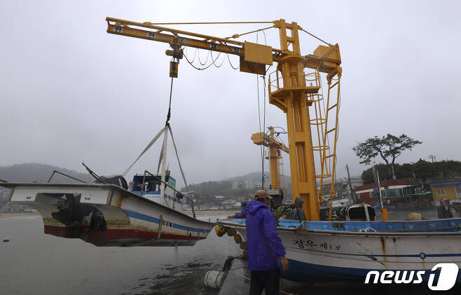 제14호 태풍 '찬투(CHANTHU)'가 북상 중인 14일 오전 울산 울주군 나사항에서 어선이 태풍을 피하기 위해 육지로 옮겨지고 있다. 2021.9.14/뉴스1 © News1 윤일지 기자