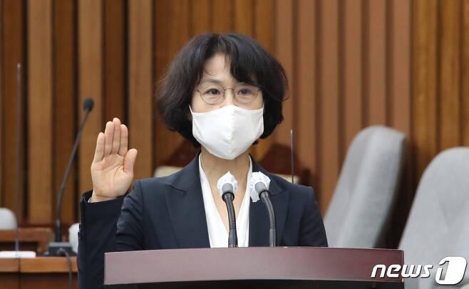 오경미(53·사법연수원 25기) 대법관 후보자가 15일 국회에서 열린 인사청문회에서 선서를 하고 있다. 2021.9.15/뉴스1 © News1 오대일 기자