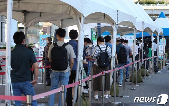 15일 오전 서울역 선별진료소에서 시민들이 신종 코로나바이러스 감염증(코로나19) 검체 검사를 받기 위해 줄을 서 있다. 2021.9.15/뉴스1 © News1 신웅수 기자