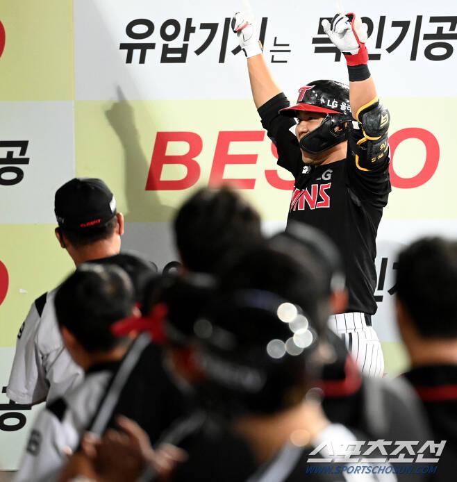 2021 KBO 리그 LG 트윈스와 삼성 라이온즈의 경기가 15일 대구 삼성라이온즈파크에서 열렸다. 8회초 LG 김민성이 좌월 솔로홈런을 치고 기쁨을 나누고 있다. 대구=허상욱 기자 wook@sportschosun.com/2021.09.15/