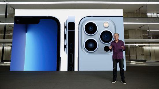 그렉 조스위악 애플 마케팅 담당 수석 부사장이 아이폰13 프로 모델을 소개하고 있다. [이미지출처=로이터연합뉴스]