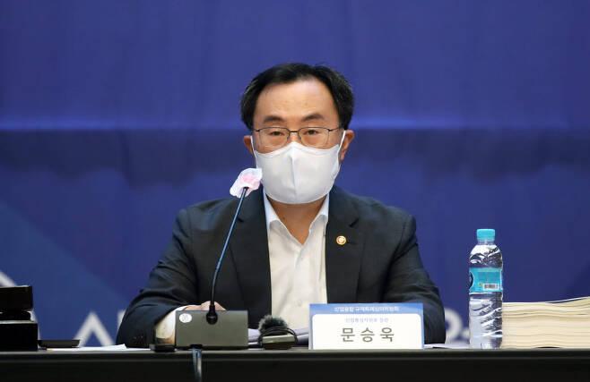 문승욱 산업통상자원부 장관이 2021년 제4차 규제특례 심의위원회에서 인사말을 하고 있다.