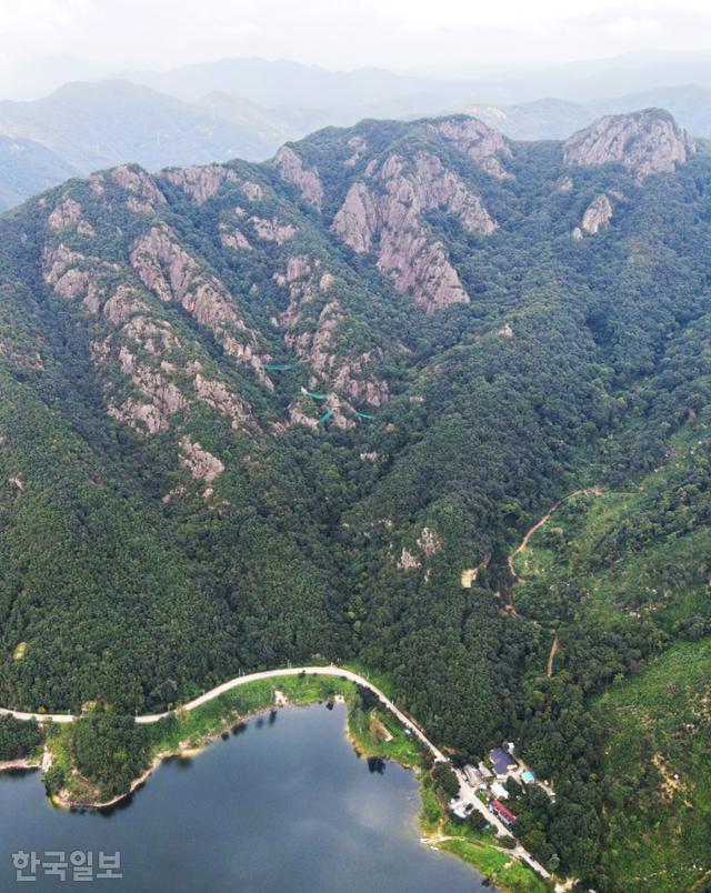 완주 대아저수지와 운암산. 산이 크지는 않지만 웅장하면서도 아기자기하다. 오른쪽 아래 운암상회가 등산로 하산 지점이다.