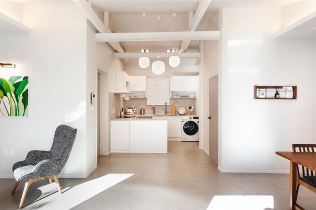 실내로 들어오면 마주하게 되는 집의 모습. 중앙을 기점으로 부엌 쪽에서는 요리, 설거지, 세탁 등 집안일을 하고 거실 쪽에서는 휴식에 집중할 수 있도록 동선을 설계했다. 일상공간 제공
