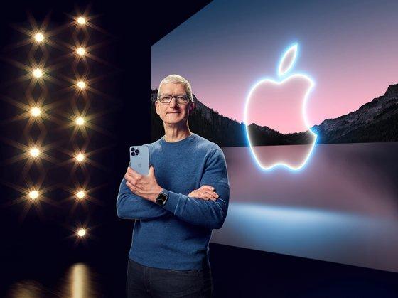 14일(현지시간) 팀 쿡 애플CEO가 새로 출시한 아이폰13을 선보이고 있다. 로이터=연합뉴스