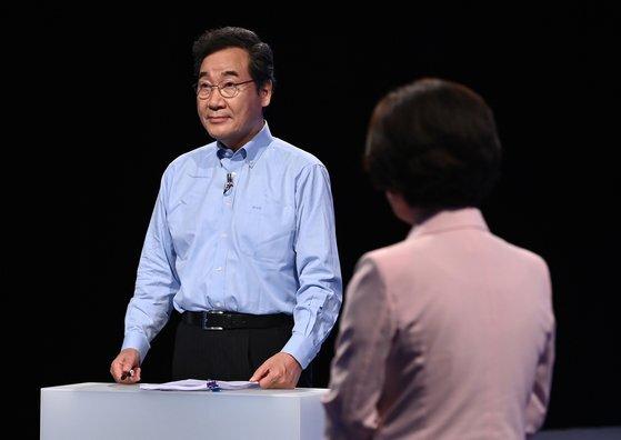 더불어민주당 이낙연 대선 경선 후보가 14일 오후 서울 마포구 상암동 MBC에서 100분 토론을 준비하고 있다.  연합뉴스