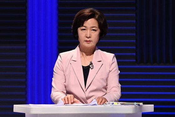 더불어민주당 추미애 대선 경선 후보가 14일 오후 서울 마포구 상암동 MBC에서 100분 토론을 준비하고 있다.  연합뉴스