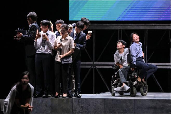 오는 19일까지 서울 세종문화회관 M씨어터에서 공연하는 <천만 개의 도시>는 주인공도, 뚜렷한 서사도 없는 독특한 연극이다. 서울시극단 제공
