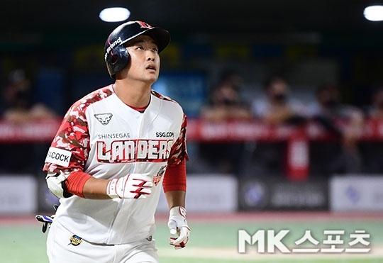SSG 랜더스 외야수 이정범이 지난 12일 인천 한화 이글스전에서 프로 데뷔 첫 홈런을 기록한 뒤 타구를 바라보고 있다. 사진=김영구 기자