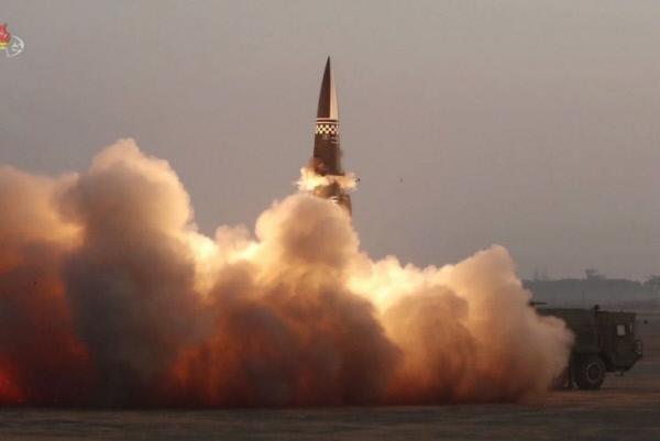 북한이 15일 평남 양덕 일대에서 신형 탄도미사일 2발을 동해상으로 발사했다고 합참이 밝혔다. 북한 미사일 발사 장면. 연합뉴스