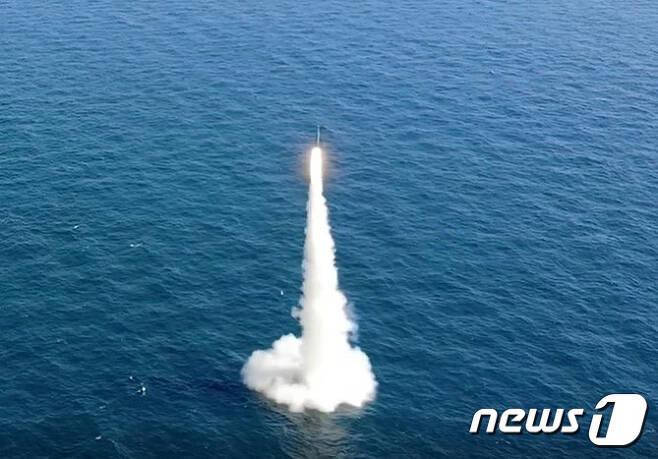 우리나라가 자체 개발한 잠수함발사탄도미사일(SLBM)의 잠수함 발사시험이 15일 국내 최초로 성공했다. 이날 악천후 속에서 실시된 SLBM의 잠수함 발사시험 성공은 세계 7번째다. 사진은 15일 도산안창호함에 탑재돼 수중에서 발사되는 SLBM 발사 모습. (국방부 제공) 2021.9.15/뉴스1 © News1 이성철 기자