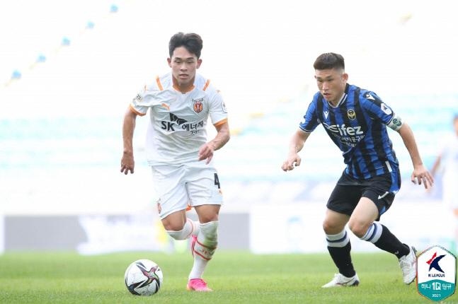 제주 추상훈(왼쪽)이 11일 인천전에서 드리블을 시도하고 있다. 제공 | 한국프로축구연맹