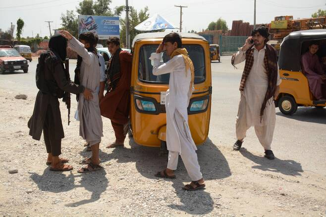 지난달 31일(현지 시각) 아프가니스탄 낭가하르주 잘랄라바드에서 탈레반 대원이 지나가던 행인의 몸을 수색하고 있다. 사진은 기사와 직접적인 관련은 없음. /신화 연합뉴스