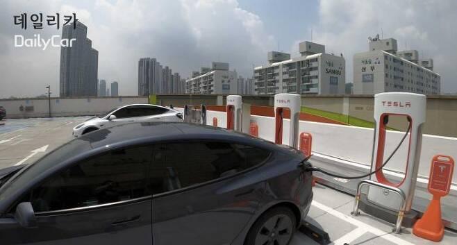 서울 왕십리 테슬라 슈퍼차저에서 충전중인 테슬라 모델 3