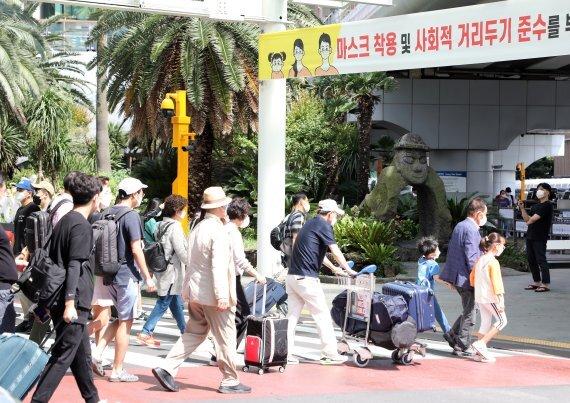 추석 연휴 첫날 18일 오후 제주국제공항에 귀성객과 여행객이 몰려 붐비고 있다. /사진=뉴스1화상