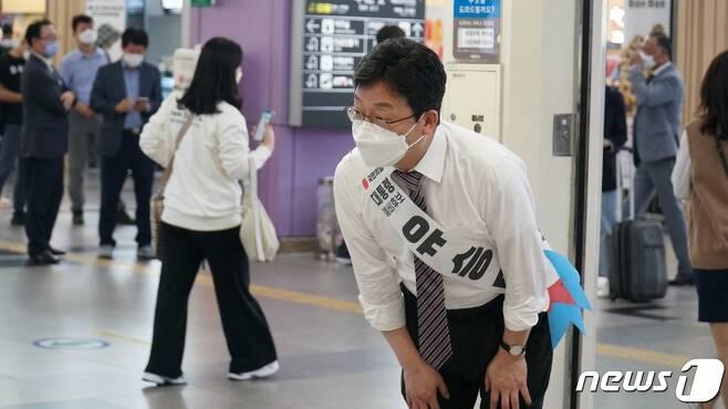 유승민 전 국민의힘 의원은 20일 경북 동대구역에서 귀성객에게 인사를 나눴다. (유 전 의원 캠프 제공) 2021.9.20/뉴스1 © 뉴스1