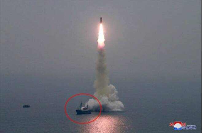 북한이 2019년 10월 2일 신형 잠수함발사탄도미사일(SLBM) '북극성-3형'을 성공적으로 시험발사했다. 미사일 발사 위치 바로 옆에 선박(붉은 원)이 떠 있는 모습이 보이는데 수중발사대가 설치된 바지선을 끌고온 견인선으로 추정된다. /조선중앙통신 홈페이지 캡처