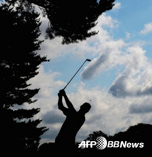 타이거 우즈도 하지 못한 미국프로골프(PGA) 투어 대회 18홀 한 라운드 58타를 기록한 짐 퓨릭이 골프 스윙을 하는 모습이다. 그는 자신만의 8자 스윙으로 유명하다. 사진제공=ⓒAFPBBNews = News1