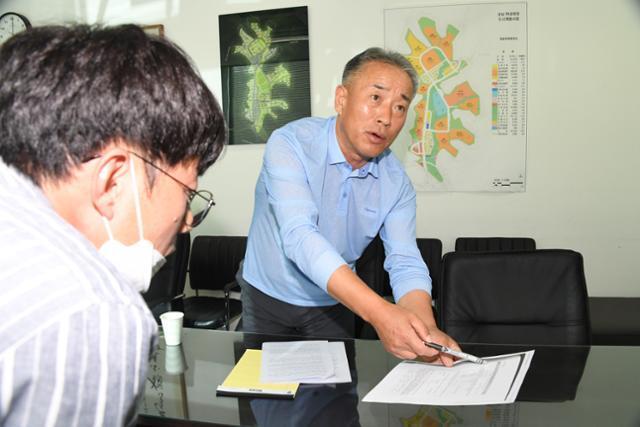 이성문 화천대유 대표가 18일 한국일보와의 인터뷰에서 '판교대장 도시개발사업'의 이익배분에 대해 설명하고 있다. 오대근 기자