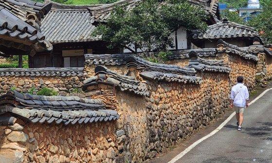화사별서 흙담. 동학농민운동과 한국전쟁을 거치면서 내부가 많이 훼손됐다지만, 옛날의 위엄은 남아 있다.