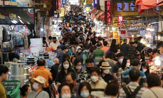 추석 연휴를 이틀 앞둔 16일 부산 부산진구 부전시장에 추석 대목장을 보려는 시민들로 북새통을 이루고 있다. 송봉근 기자
